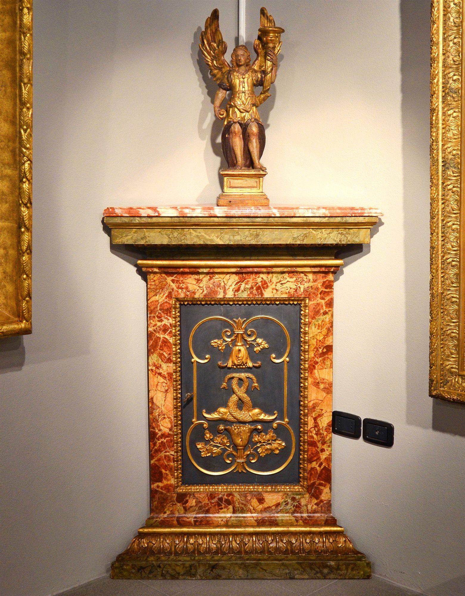 Angoliera in legno laccato e dorato (I/II) Roma, Seconda metà del ...